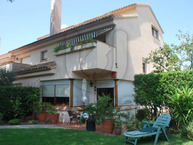 384 | Corner house with large private garden for sale in Tiana