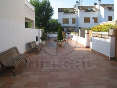 0381-00108 | Corner house with swimming pool in premia de mar