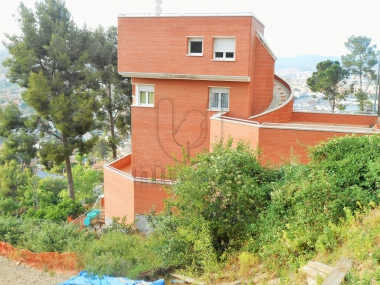 825 | Building with 2 houses and large common area in sant Vicenç del horts