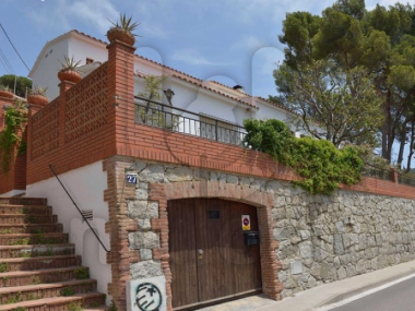 M16006 | Large house to renovate in the center of Cabrils