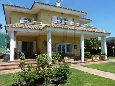 M17063 | Large villa with large plot in Alella village